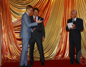 The first prize at the international competition Dr. Bares Award 2011 was taken over by Dr. Michal Kamiński (on the left) from the hands of the Managing Director of PRO.MED.CS Praha a.s. Dkfm. Thomas Bares (in the middle) and the chair of the international committee Assoc. Prof. Jan Kotrlík, MD, Ph.D. (on the right).